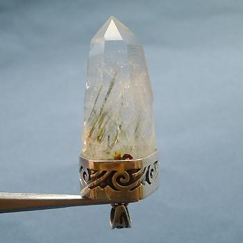 ヒマラヤ水晶ペンダント針金形状内包物056