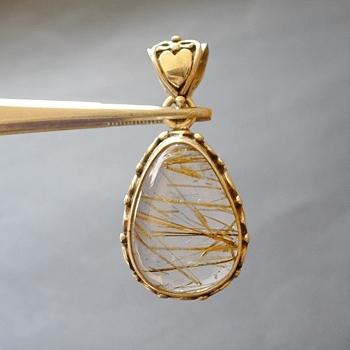 ヒマラヤ水晶ペンダント針金形状内包物入り076